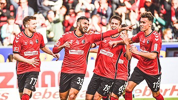 Nach zuvor fünf sieglosen Spielen in Serie gelingt Vincenzo Grifo (vorne) und Kollegen mit dem 5:1-Heimerfolg gegen den FC Augsburg ein wichtiger Schritt in Richtung Klassenerhalt. (Foto: Achim Keller)