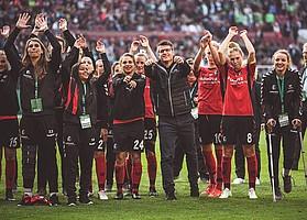Zum ersten Mal in der Vereinsgeschichte stehen die SC-Frauen im DFB-Pokal-Finale. Das Spiel gegen Wolfsburg geht knapp 0:1 verloren, das Team und mehr als 1000 Fans feiern trotzdem (Foto: Patrick Seeger)