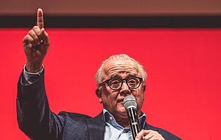 Danke Fritz Keller! Der neue DFB-Präsident wird von den Mitlgiedern mit stehenden Ovationen verabschiedet (Foto: Patrick Seeger)