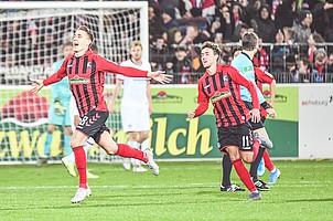 Den Treffer von Nils Petersen (vorne) zum 1:0-Sieg gegen Frankfurt und den besten Saisonstart der Geschichte bejubelt nicht nur Kollege Luca Waldschmidt. (Foto: Achim Keller)
